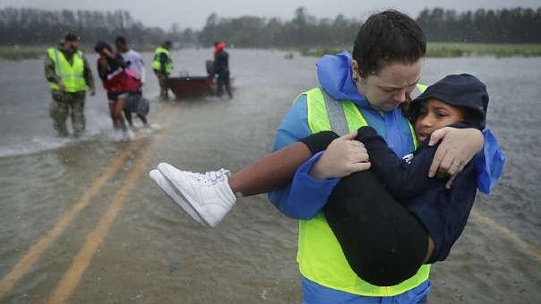 Voluntaria socorre a una niña de 7 años en James City, Carolina del Norte.
