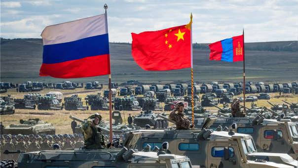 Equipos militares de Rusia, China y Mongolia durante las maniobras militares 'Vostok-2018'.