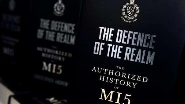 El MI5 realiza contraespionaje en el Reino Unido. El MI6 se encarga de espionaje en el exterior.