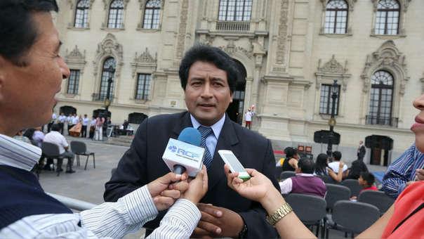 Johnny Cárdenas fue congresista durante el gobierno de Ollanta Humala. El 2013, firmó un proyecto de ley sobre la prohibición de los smartphones durante las horas de clase. Su iniciativa nunca llegó a debate en el Pleno del Congreso.