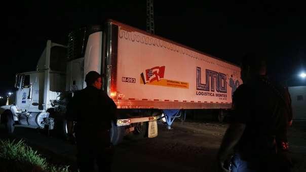 Policías Federales trasladan un contenedor a las instalaciones del Instituto Jalisciense de Ciencias Forenses (IJCF).