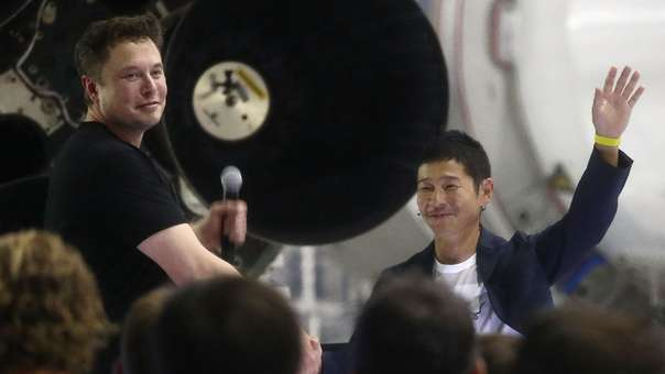 Elon Musk (izquierda) saluda a Yusaka Maezawa, el millonario japonés elegido por SpaceX para ser el primer turista que llega a la Luna.