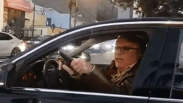 El furibundo conductor sacó su arma y la rastrilló de forma amenazante.