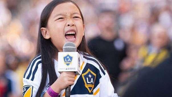 La pequeña de 7 años fue ovacionada tras su canto y se mostró muy emocionada.