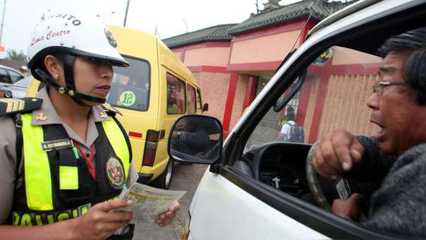 Foto policía de Tránsito e infractor