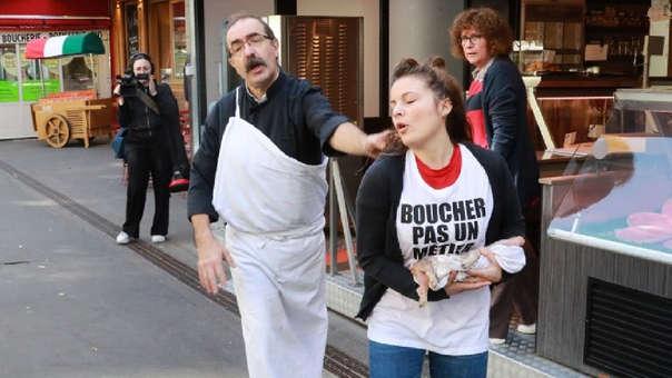 Un carnicero persigue a una integrante del grupo militante radical vegano.