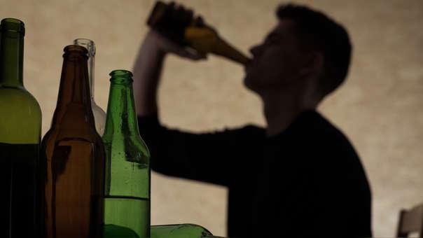 El alcoholismo es una epidemia social que afecta a la sociedad peruana.