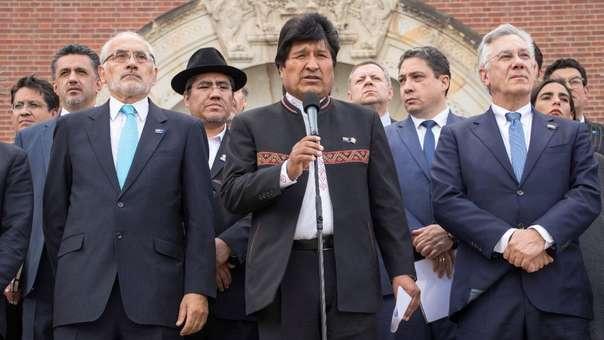 Evo Morales (centro) en La Haya luego de conocer el falljo de la CIJ.
