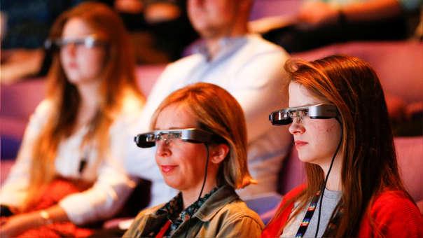 Personas con problemas auditivos podrán disfrutar de los diálogos en el teatro con subtítulos en vivo
