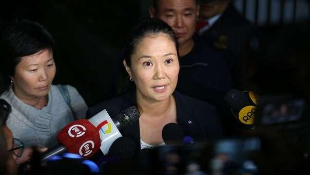 Keiko Fujimori declara afuera de la clínica donde permanece su padre.