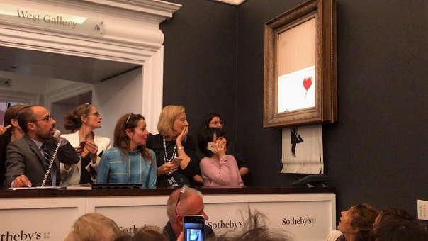Una famosa obra del artista británico Banksy, cuya verdadera identidad se desconoce, se autodestruyó tras ser subastada