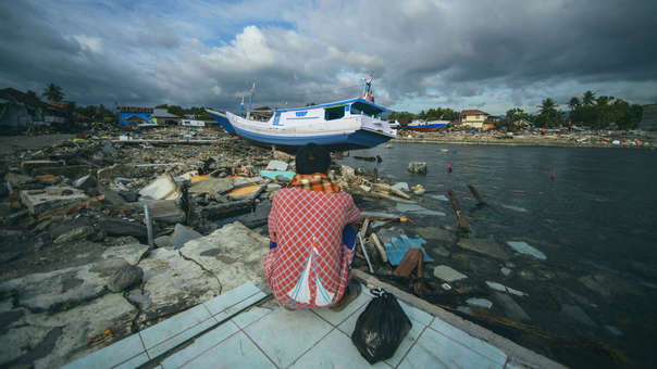 Un hombre mira la costa en Wani, Indonesi, este domingo. Así luce el lugar más de una semana luego del terremoto y tsunami.
