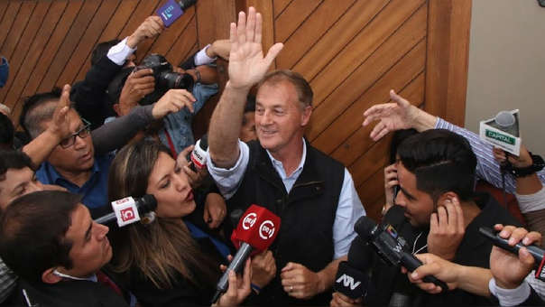 Muñoz recibió el flash electoral en su domicilio de Miraflores y luego saludó a prensa y seguidores