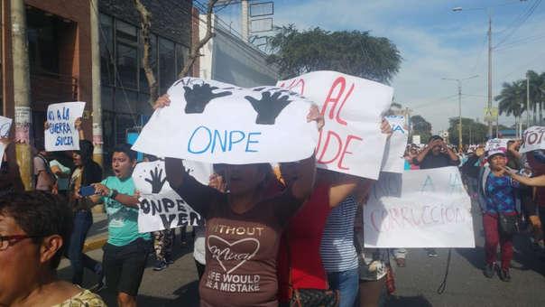 Militantes de Acción Poular y simpatizantes de Víctor Coronel denunciaron fraude en La Victoria