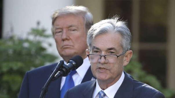 El presidente de Estados Unidos, Donald Trump, observa al presidente de la Fed, Jerome Powell, durante el anuncio de su nombramiento, en la Casa Blanca en Washington.