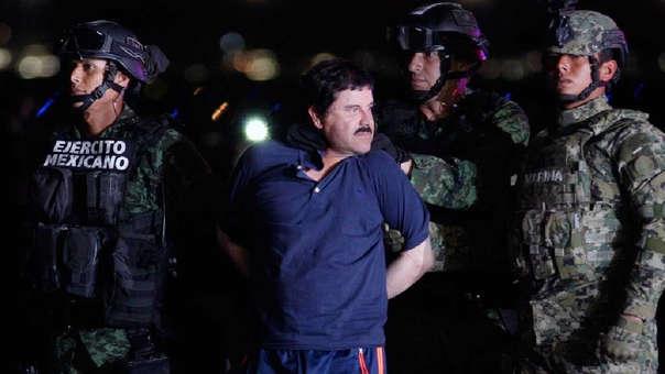 El 'Chapo' Guzmán siendo conducido a un helicóptero de la Marina Armada de México tras ser recapturado (8 de enero del 2016).