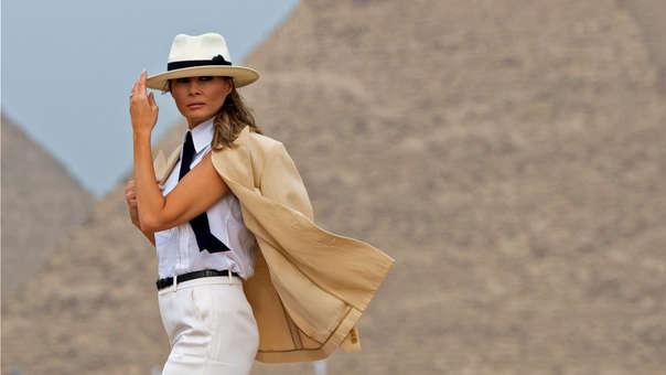 Melania Trump durante una visita a las pirámides de Guiza