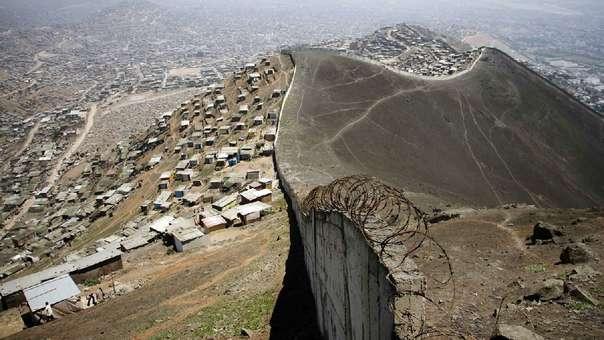 El llamado 'muro de la vergüenza' en Lima se ha hecho conocido en el resto de América Latina.