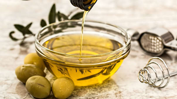 6. ACEITE DE OLIVA  Acompañando a las ensaladas, el aceite de oliva es un buen aliado para mejorar la salud cardiovascular.