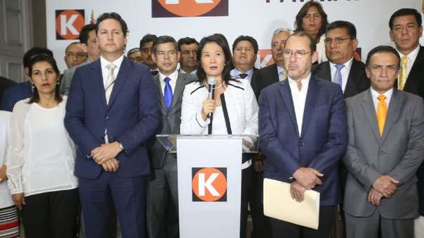 Keiko Fujimori junto a miembros de su bancada