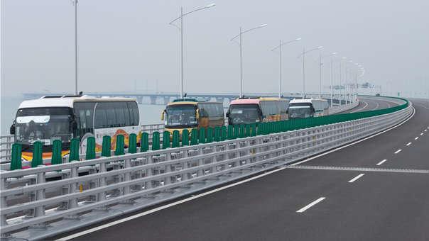 Buses turística circulan este jueves por una sección del colosal puente.