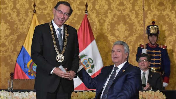 Martín Vizcarra sonríe tras recibir la condecoración de parte de Lenín Moreno.