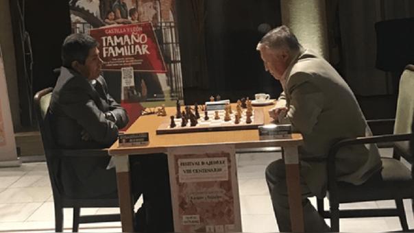 EL peruano JUlio Granda en al partida con el ruso Anatoli Kárpov.
