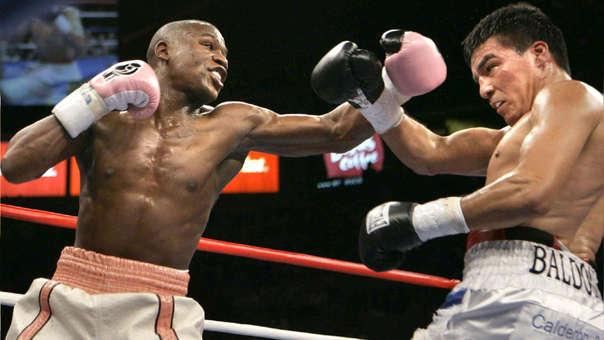 Floyd Mayweather lanza un izquierdazo que es frenado por Carlos Baldomir, en 2006.