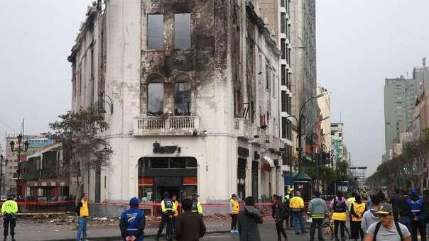 Incendio consumió edificio histórico en la plaza San Martín.