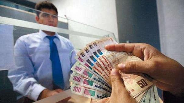 En tanto el 56% de peruanos considera que la situación económica de su familia estará igual, mientras que para el 22% mejorará.