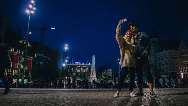 No hay duda que tomar una selfie de noche es un reto para los smartphones de hoy
