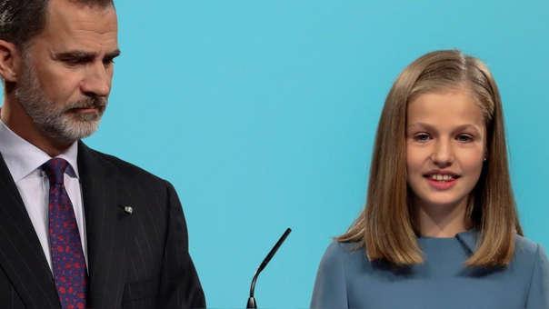 La princesa Leonor da su discurso ante la atenta mirada de su padre, el rey Felipe VI.