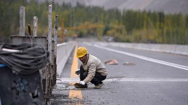 Un trabajador chino trabaja en una carretera en Pakistán.