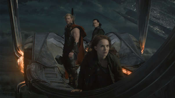 Thor (Chris Hemsworth), Loki (Tom Hiddleston) y Jane Foster (Natalie Portman) en