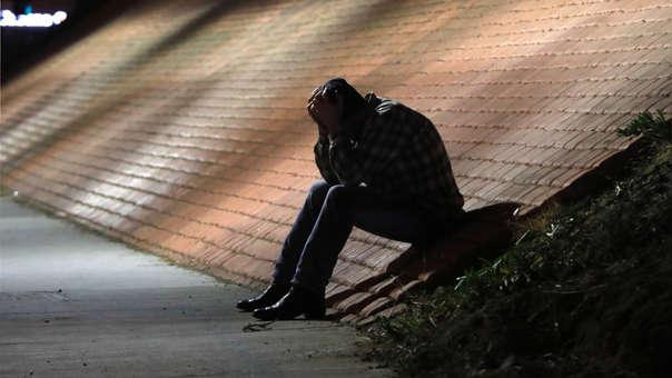 Un hombre se muestra afligido cerca del lugar del tiroteo en el bar Borderline, en la localidad de Thousand Oaks, California, Estados Unidos