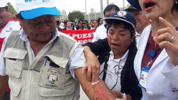 Trabajadores de Salud se desangran durante protesta