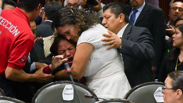 Legisladores reconfortan hoy a la diputada Carmen Medel Palma, luego de que recibiera la noticia de que su hija había sido asesinada.