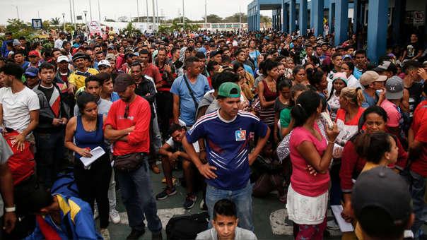 Grupo de inmigrantes venezolanos en el CEBAF, en Tumbres, de cara a su ingreso al Perú el pasado 31 de octubre.