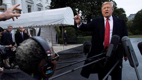 El presidente estadounidense, Donald Trump, conversa con los medios antes de viajar a Francia desde la Casa Blanca en Washington D.C.
