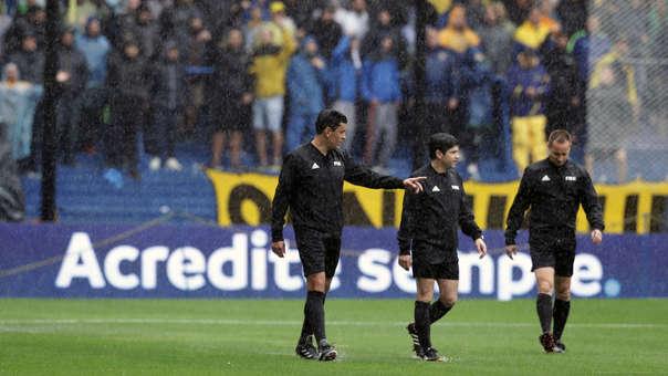 El árbitro Roberto Tobar inspeccionó la cancha de la Bombonera en las primeras horas de esta mañana y comprobó que el campo estaba en buen estado.