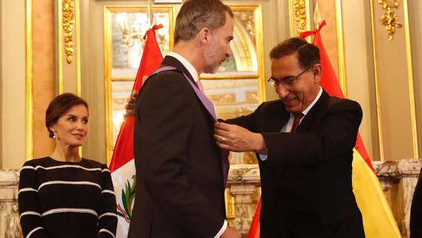 Presidente de la República, Martín Vizcarra condecorando al rey de España, Felipe VI.