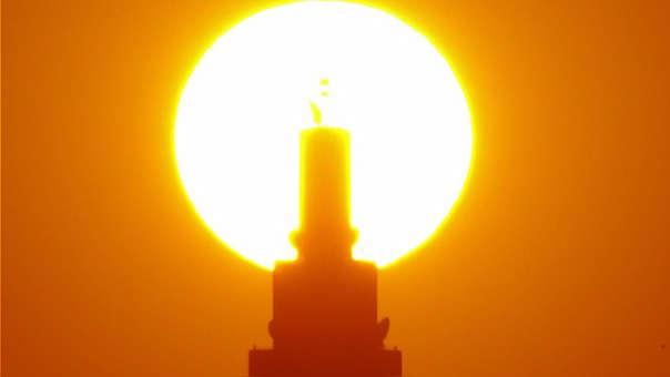 Puesta de sol detrás de la torre Docomo en Japón (referencial)