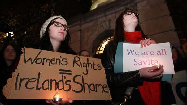 Mujeres protestan en defensa de sus derechos en Irlanda.
