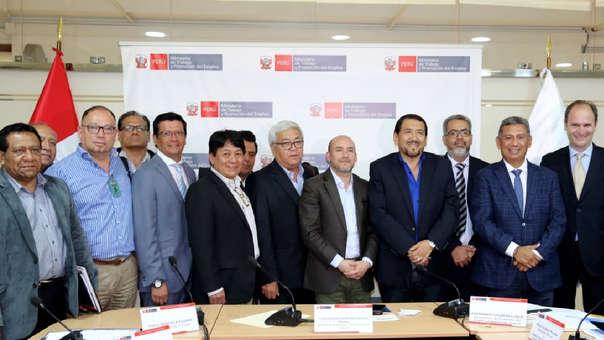 A la reunión asistieron todos los gremios laborales, empresariales, liderados por el titular de la CONFIEP, señor Roque Benavides, y representantes del Ministerio de Trabajo.