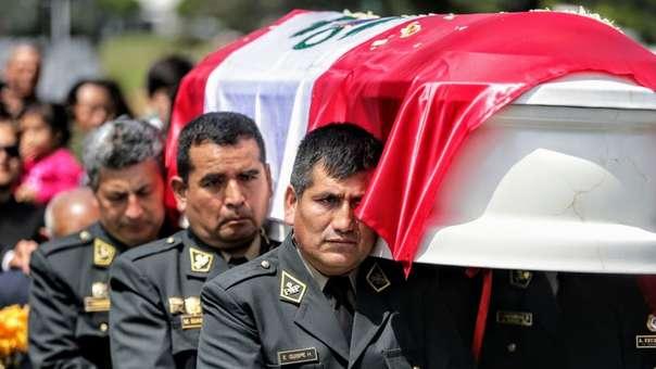 Multitudinaria y triste fue la despedida del sub oficial José Luis Pacheco Paredes en el cementerio Santa Rosa de Chorrillos.