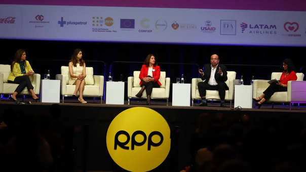 Panelistas desarrollan el bloque Mujer Emprendedora.