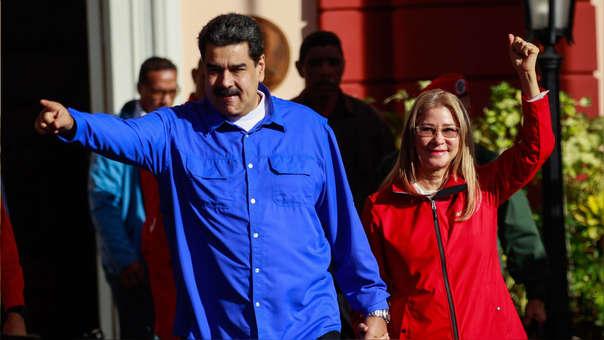 El presidente de Venezuela, Nicolás Maduro, saluda a sus simpatizantes junto a su esposa, Cilia Flores.