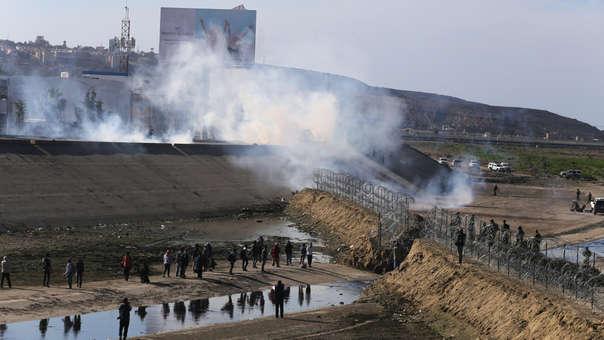 Vista de los gases lacrimógenos usados por la policía fronteriza de EE.UU.