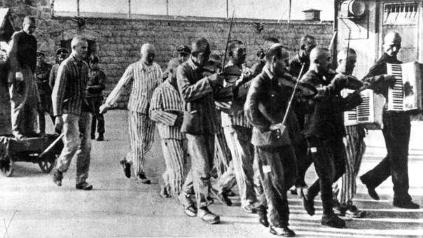 Una orquesta acompaña a los condenados a muerte, Mauthausen, Austria (julio de 1942).