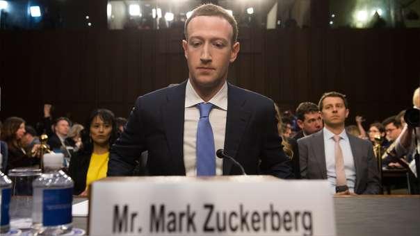 Mark Zuckerberg, CEO de Facebook, se va quedando solo en la directiva